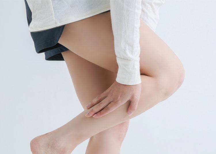 足が怠い。浮腫んだ女性。下肢静脈瘤の可能性があります。